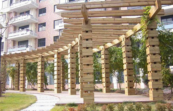 众所周知,防腐木,景观设计,复合木地板是把木纤维打碎后,用胶黏剂黏合、压制成板的,因而,甲醛、安康、环保等无疑成为选择强化木地板的关键词。防腐木花架,复合强化木地板因其高强的耐磨性能、多样的花色以及适中的价钱成为家装中很多人的首选。 检测报告比合格证更重要 目前市场上强化木地板的品牌众多,质量和价钱上也有较大差距,很多贴牌消费的厂家更是成为环保问题滋生的温床。
